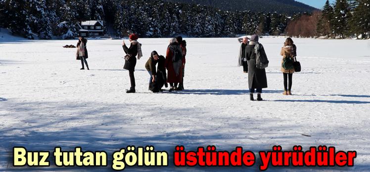 Buz tutan gölün üstünde yürüdüler