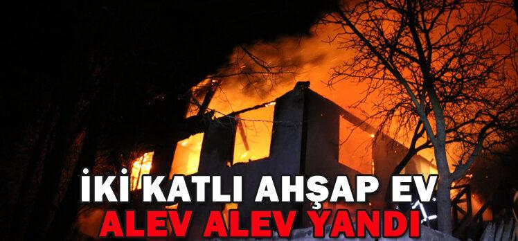 İKİ KATLI AHŞAP EV ALEV ALEV YANDI
